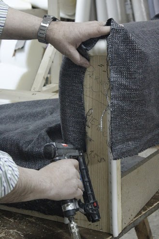 Trabajar como tapicero tu mejor escuela dise os anfra - Grapadora de tapicero ...